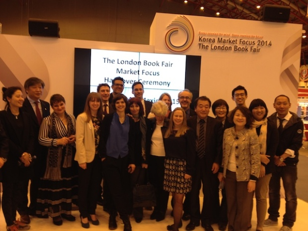"""Ceremonia de cierre de London Book Fair 2014 donde se anuncia que el """"Market Focus"""" de la feria en 2015 será México."""